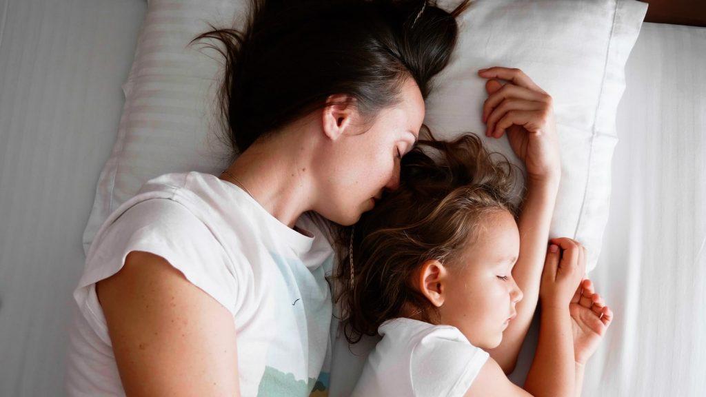 co-sleeping-parent